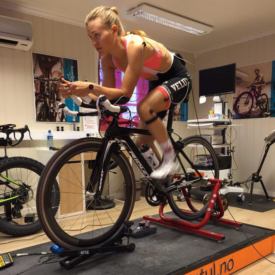 Katrine Aalerud, Team Hitec Products og landslaget, tilpasser tempostilling hos Sykkeltilpasning i Drøbak.