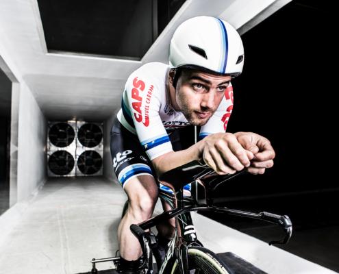 Victor Campenaerts optimaliserer sin sittestilling i Flandern BikeValley sin vindtunnel.